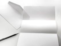 freier Raum des Briefpapiers und des weißen Umschlags mit Stift Lizenzfreie Stockfotografie
