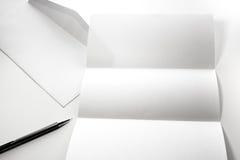 freier Raum des Briefpapiers und des weißen Umschlags mit Stift Stockbild