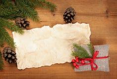 freier Raum, ländliches Geschenk der Weinlese und Weihnachtsbaumast Lizenzfreies Stockbild