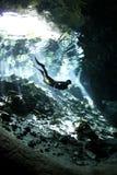 Freier Taucher im cenote Lizenzfreies Stockbild