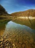 Freier Wassersee an einem sonnigen Tag Stockfotografie