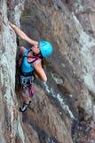 Freier weiblicher Bergsteiger stockbild