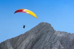 Freies Ansteigen des Gleitschirms im wolkenlosen Himmel über Dolomit alpines m Stockbild