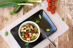 Freies Lebensmittel des Glutens mit roter Quinoa, Hühnerleiste, Tomate, Zucchini, Olive, Basilikumblättern und Frühlingszwiebel i Stockfotografie