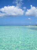 Freies Meer und flaumige Wolken Stockfotografie
