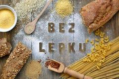 Freies Mehl des Glutens und Getreide Hirse, Quinoa, Maismehl Polenta, brauner Buchweizen, Basmatireis und Teigwaren mit Textglute stockbild