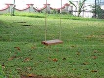 Freies Schwingen in einem Park Stockfotos