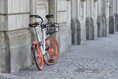 Freies sich hin- und herbewegendes Mobike-Fahrrad, das Marke teilt stockfoto
