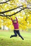 Freies Springen des jungen Mädchens Lizenzfreies Stockfoto