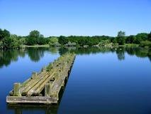 Freies Wasser mit Himmel und Pier Stockbilder