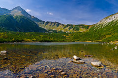 Freies Wasser von einem See Tatry Bielskie in den Bergen Stockfotos