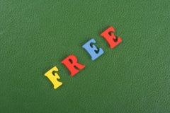 FREIES Wort auf dem grünen Hintergrund verfasst von den hölzernen Buchstaben des bunten ABC-Alphabetblockes, Kopienraum für Anzei stockbild