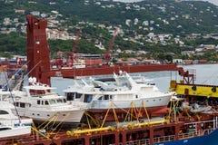 Freighter Ładujący z Luksusowymi jachtami Obrazy Stock