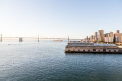 Freighter Pod zatoka mostem przy wschodem słońca Zdjęcia Stock
