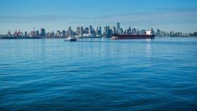 Freighter przed Vancouver linią horyzontu obrazy royalty free