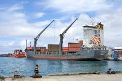 Freighter rozładunkowy ładunek w porcie Avatiu Rarotonga Cook Islan Zdjęcia Royalty Free