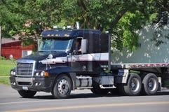 roter freightliner lkw traktor auf anzeige redaktionelles stockfotografie bild von leuchten. Black Bedroom Furniture Sets. Home Design Ideas
