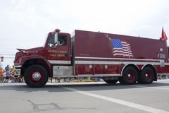 Freightliner-Schwarz-Nebenfluss-Feuerwehr-LKW-Seitenansicht Lizenzfreies Stockbild