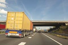 Freighttruck met container op de weg royalty-vrije stock foto