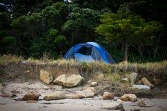 Freiheit, die im Zelt an einem Ostküstenstrand, Gisborne, Nordinsel, Neuseeland kampiert Stockfotografie