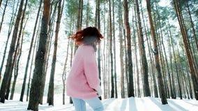 Freiheit, glückliche junge Frau in einem Winterwald, laufend in den Schnee unter den Bäumen, Rücklicht macht seine Weise durch stock footage