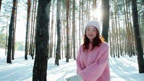 Freiheit, glückliches Mädchen läuft zwischen Bäume im Holz, hintergrundbeleuchtet, Glück, der Flirt der jungen Frau und untersuch stock footage