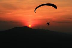 Freiheit, Gleitschirmfliegen Stockbild