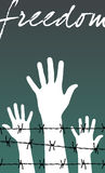 Freiheit: Hände hinter einem Stacheldrahtgefängnis Stockfoto