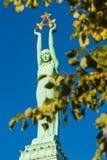 Freiheits-Monument am wolkenlosen Herbstmitteltag Rigas Stockfotos