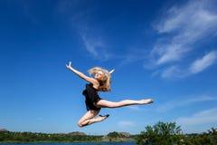 Freiheitskonzept. Der Tänzer springend gegen blauen Himmel stockbild