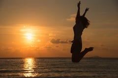 Freiheitskonzept mit dem jungen Jugendlichen glücklich und Sprung Lizenzfreies Stockfoto