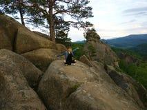 Freiheitsmädchen in den Bergen - gestalten Sie Dovbush-Felsen landschaftlich Stockfotos
