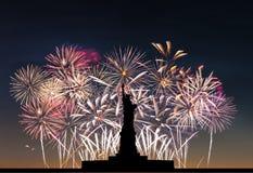 Freiheitsstatue auf dem Hintergrund von Feuerwerken Lizenzfreie Stockfotografie