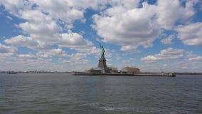 Freiheitsstatue auf Hudson River stockfotos