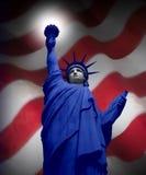Freiheitsstatue mit amerikanischer Flagge Stockfotos