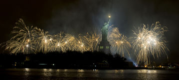 Freiheitsstatue mit Feuerwerken Stockbilder