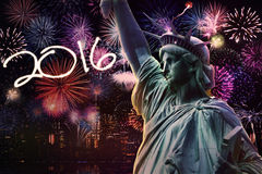 Freiheitsstatue mit Feuerwerken und Nr. 2016 Stockfoto