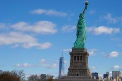Freiheitsstatue mit New- YorkSkylinen stockbild