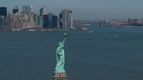 Freiheitsstatue mit nyc Skylinen stock video footage