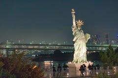 Freiheitsstatue mit Regenbogen-Brücke, Tokyo-Turm und Tokyo-Verdichtereintrittslufttemperat Stockfotos