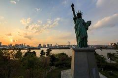Freiheitsstatue in Odaiba, Tokyo bei Sonnenuntergang Stockfotografie