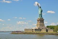 Freiheitsstatue schauend über dem breiten Hintergrund des blauen Himmels hinaus Stockfoto