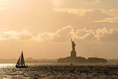 Freiheitsstatue am Sonnenuntergang Lizenzfreie Stockbilder