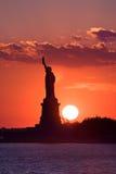 Freiheitsstatue am Sonnenuntergang Lizenzfreies Stockbild
