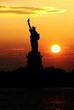 Freiheitsstatue Sonnenuntergang lizenzfreie stockfotos