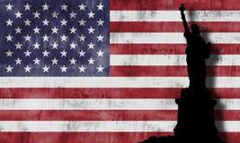 Freiheitsstatue und amerikanische Flagge. Stockfoto