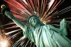 Freiheitsstatue und Feuerwerke Lizenzfreie Stockfotografie