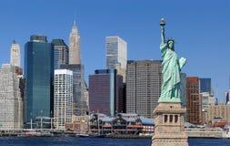 Freiheitsstatue und New York City lizenzfreie stockfotos