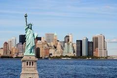 Freiheitsstatue und New- York CitySkyline Stockfotos