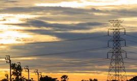 Freileitungsmast am frühen Morgen Stockbilder